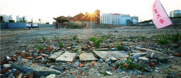 古船位于东海法石文兴宫庙旁的这片废墟里