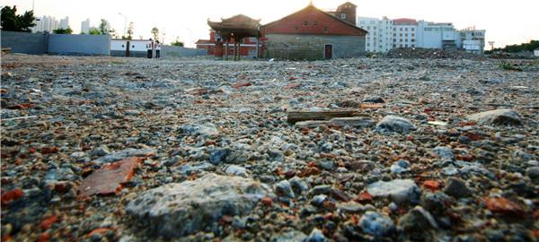 古船位于东海法石文兴宫庙旁的这片废墟里2
